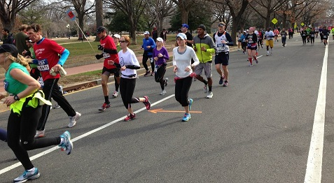 The 4:25 pace group cruises along in mile 14 of the Rock 'n' Roll USA Marathon. Photo: Charlie Ban