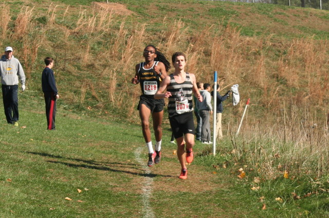Rohann Asfaw stays on Eric Walz's heels in the third mile of the 4A championship. Photo: Charlie Ban